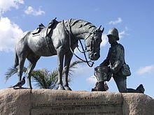 LES CHEVAUX PENDANT LA GUERRE 14-18 220px-horse_memorial-002