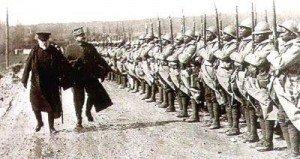 Poincaré et le Gal Mangin passent en revue un régiment de T.S. le 2 avril 1917