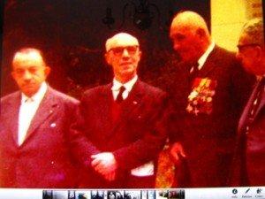 à gauche: Sergent GUISNIER  ( avec ses décorations ) et de profil , le Dr CONTE