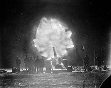 canon naval canadien tirant sur la crête de Vimy la nuit