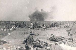 au loin , éclatement d'obus , devant un médecin soigne un soldat ;