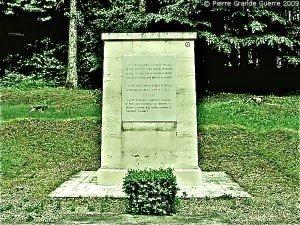Stèle en l'honneur de Kléber Dupuy et de ses soldats .