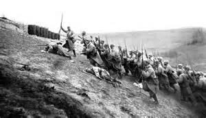 Les soldats montent à l'assaut