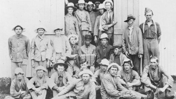 groupe de recrues pour le 9é bataillon: au centre u arborigèn