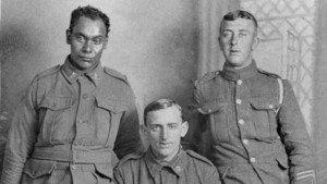 le soldat arborigène Doublas Grant à gauche