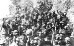 Soldats américains du 48° régiment d'infanterie acclamant la proclamation de l'Armistice