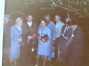 A droite , devant Souville en juillet 199 , G. Comte lit un texte sur le combat de souville